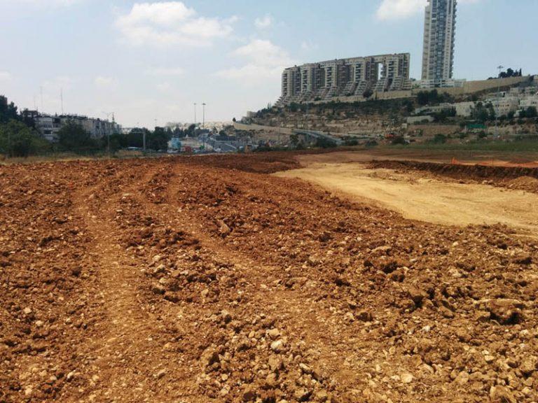 """קרקע, אדמה, על רקע הולילנד ירושלים, ענף מהנדסים בע""""מ"""